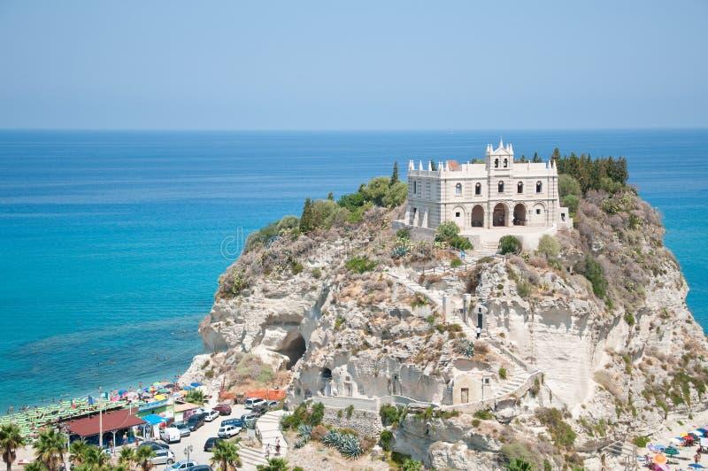 Vista superior de la iglesia situada en la isla de Tropea, Calabria foto de archivo