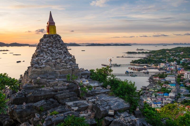 Vista superior de la isla en una salida del sol hermosa de la mañana, Patta de Sichang imagen de archivo