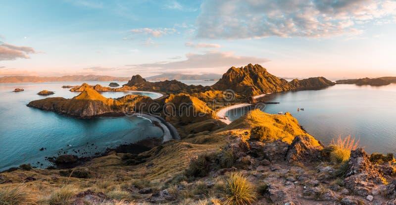Vista superior de la isla por una mañana, Indonesia de Padar fotos de archivo