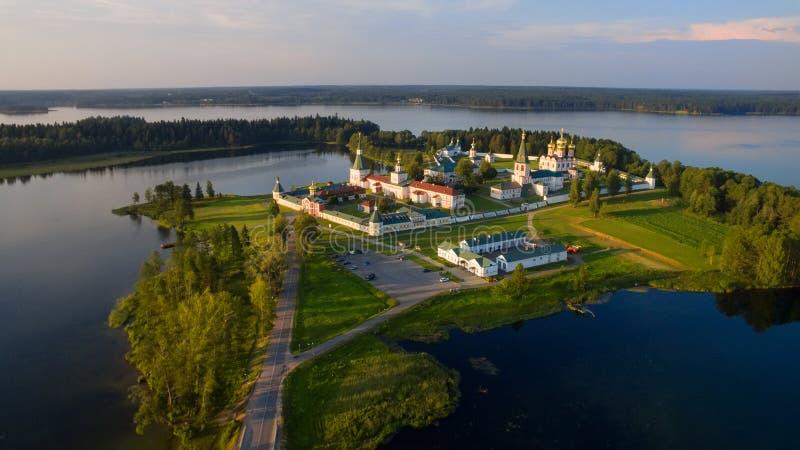 Vista superior de la isla de Selvitsky, lago Valdai imagenes de archivo
