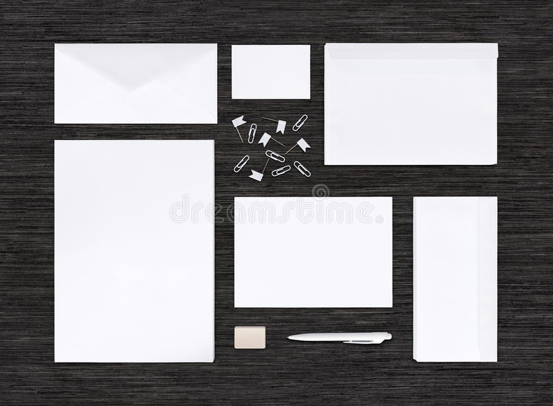 Vista superior de la maqueta de la identidad de marcado en caliente y plantilla en la tabla negra imágenes de archivo libres de regalías
