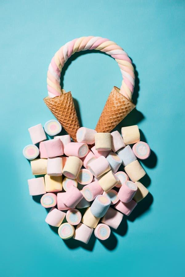Vista superior de la melcocha coloreada pastel en una taza de la galleta, galleta c fotos de archivo libres de regalías