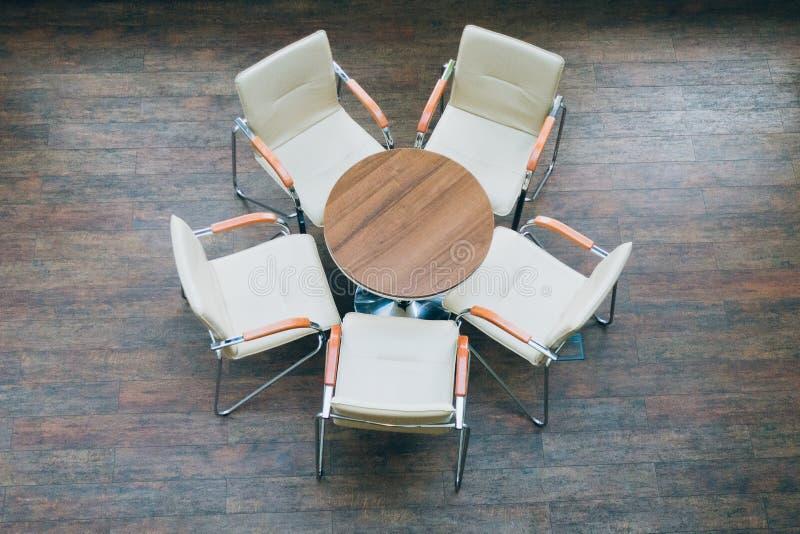 Vista superior de la mesa redonda y de sillas fotos de archivo libres de regalías