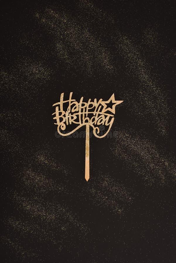 vista superior de la muestra de oro del feliz cumpleaños fotografía de archivo libre de regalías