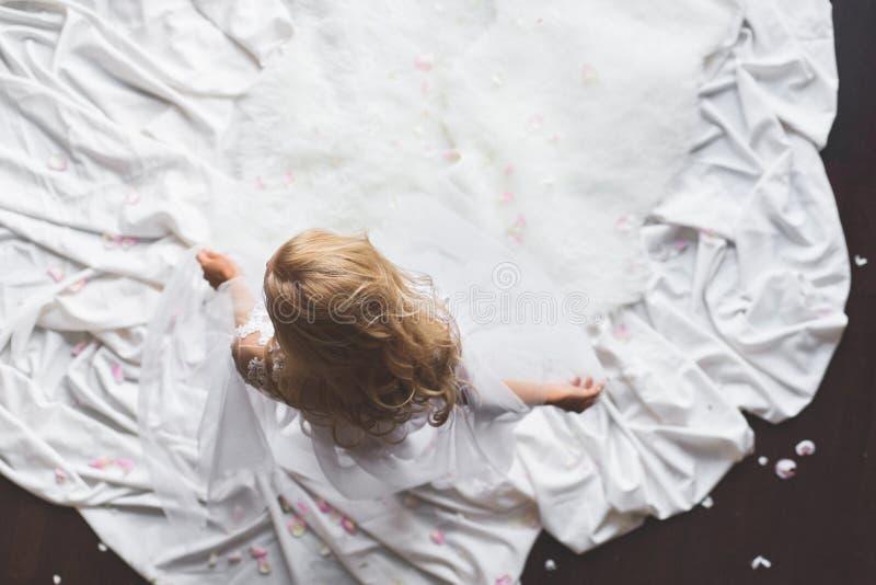 Vista superior de la mujer que saca su ropa interior del cordón imagenes de archivo