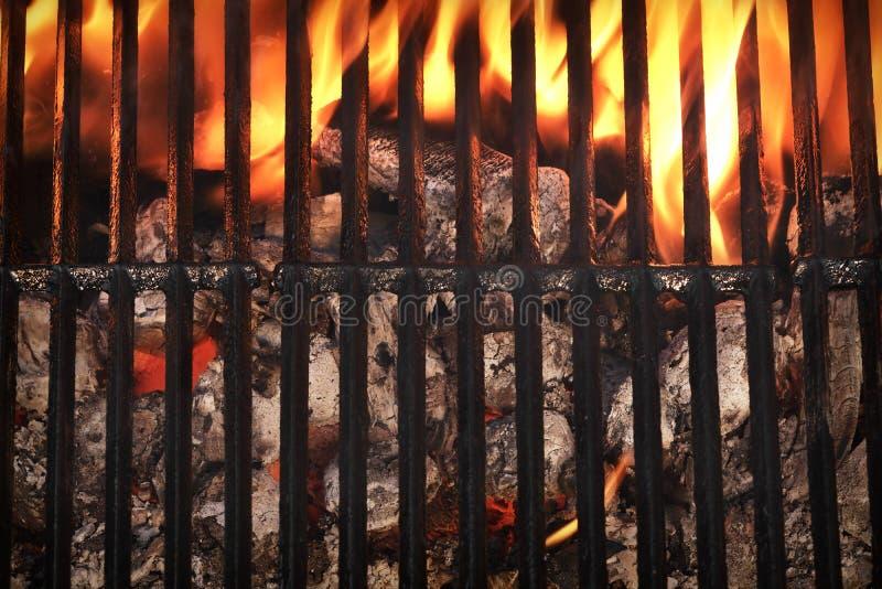 Vista superior de la parrilla vacía de la barbacoa con carbón de leña que brilla intensamente imagenes de archivo