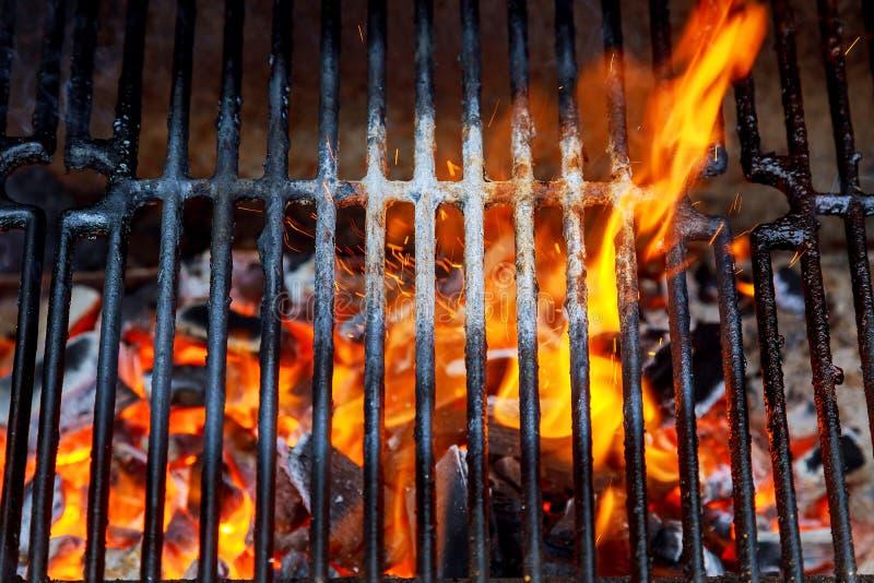 Vista superior de la parrilla vacía y limpia del carbón de leña de la barbacoa con las llamas imagenes de archivo