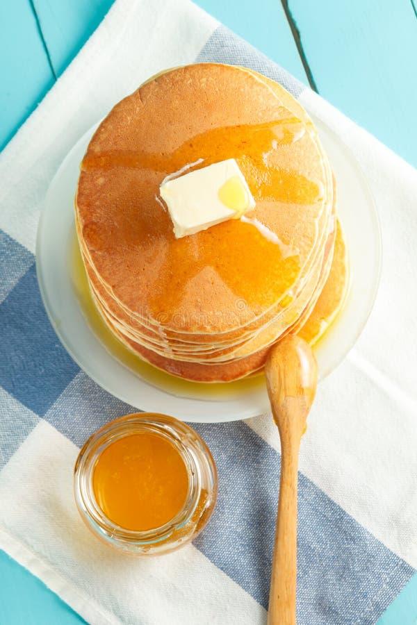 Vista superior de la pila de crepe con la miel y la mantequilla imágenes de archivo libres de regalías