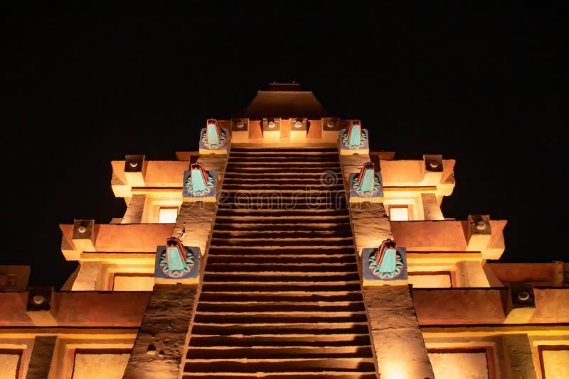 Vista superior de la pirámide maya en backbground oscuro de la noche en Epcot foto de archivo