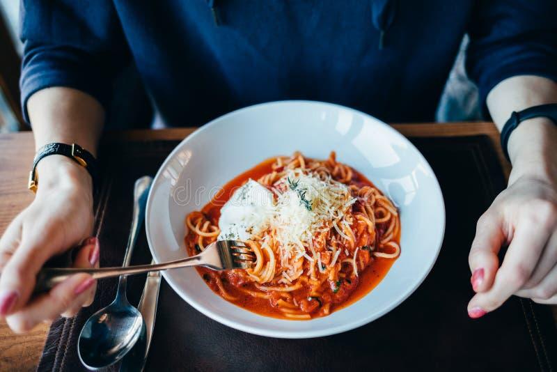 Vista superior de la placa de espaguetis con la salsa de tomate imagen de archivo
