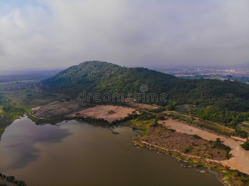 Vista superior de la plantaci?n, lago de la monta?a, cielo brumoso en Tailandia imagen de archivo