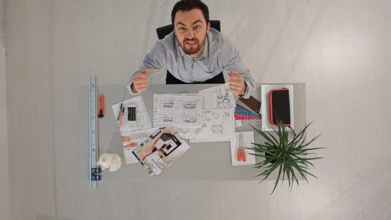 Vista superior de la sobrecarga ocupada del trabajo del hombre de negocios Stressed fotografía de archivo libre de regalías
