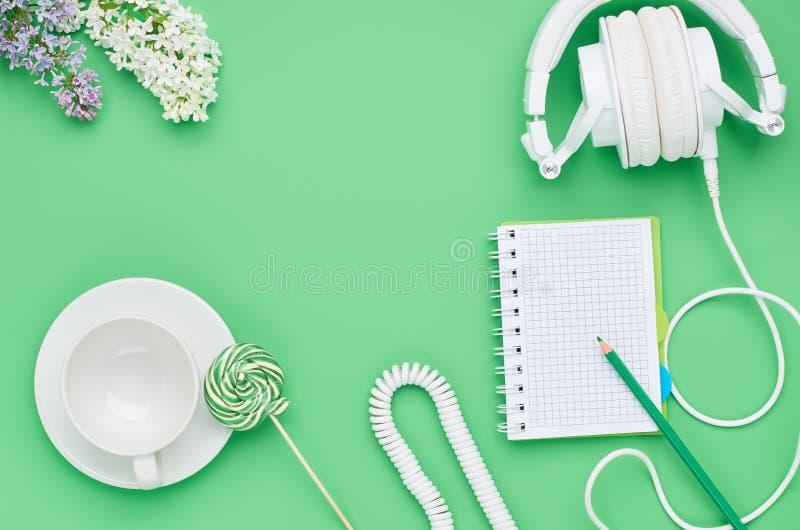 Vista superior de la tabla de un ni?o adolescente, piruleta de cristal vac?a de la flor del l?piz del cuaderno de los auriculares imagen de archivo