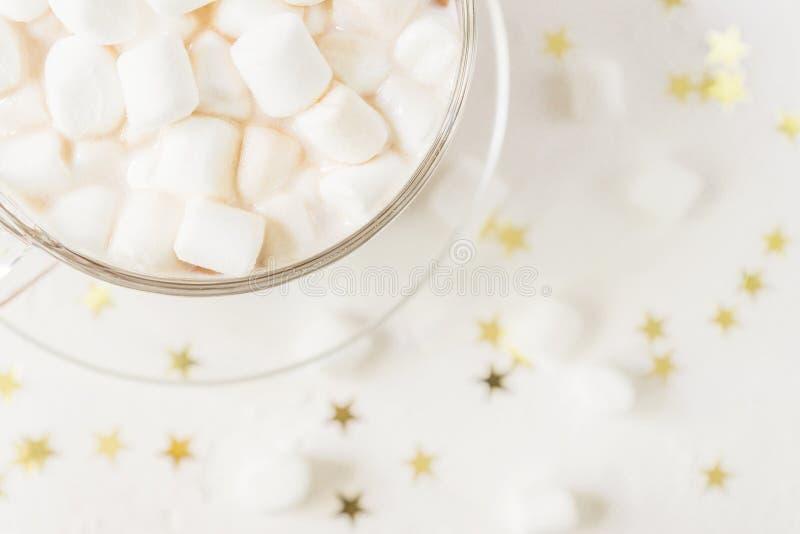 Vista superior de la taza de bebida deliciosa caliente del cacao con las melcochas en fondo de las estrellas del oro foto de archivo libre de regalías