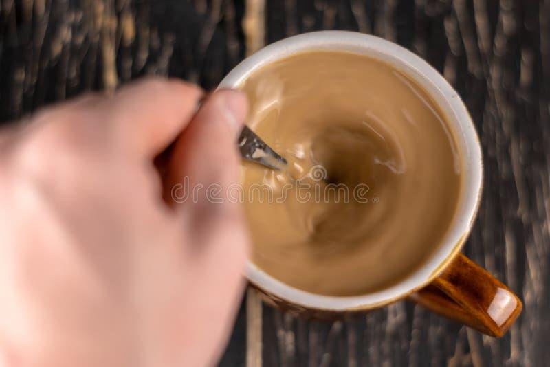 Vista superior de la taza de café blanca aislada en fondo marrón imagen de archivo