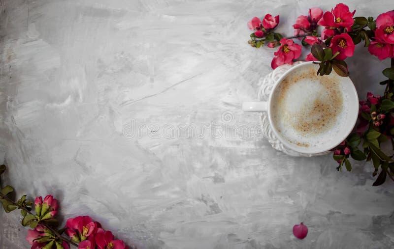 Vista superior de la taza de café caliente con las flores rosadas imagen de archivo libre de regalías
