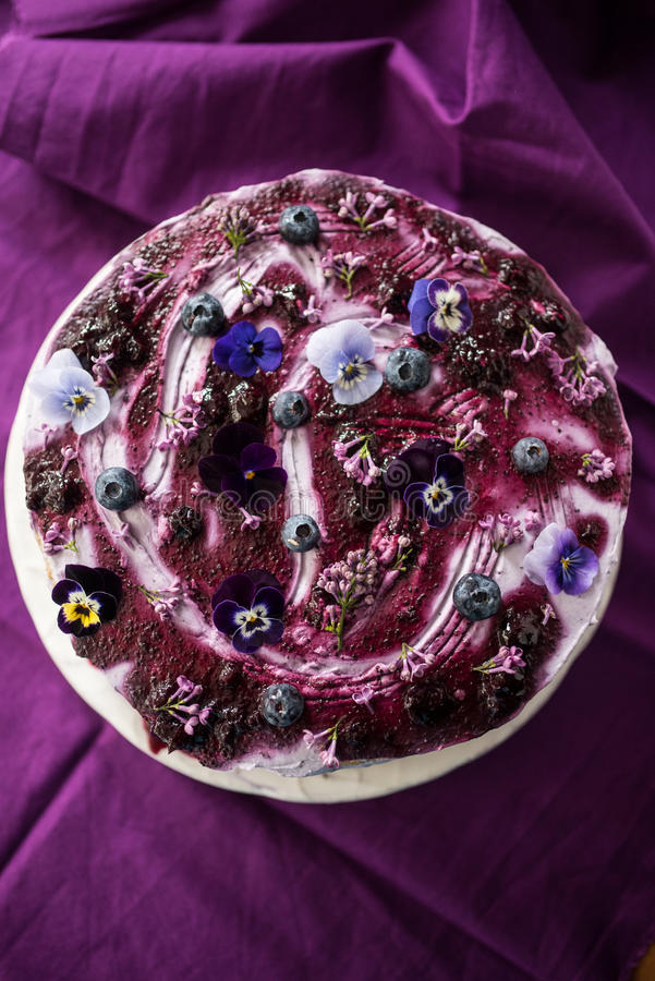 Vista superior de la torta acodada con los arándanos y la lila foto de archivo