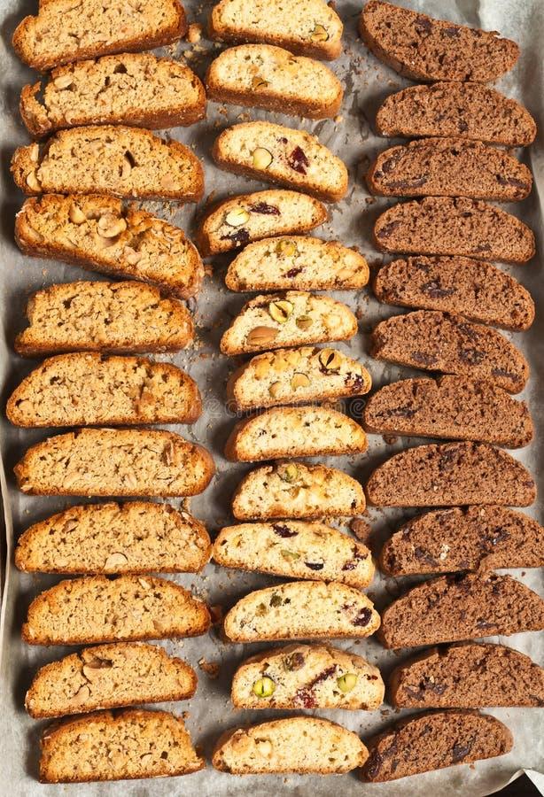 Vista superior de la variedad de cocido recientemente, hecha en casa, biscotti foto de archivo libre de regalías