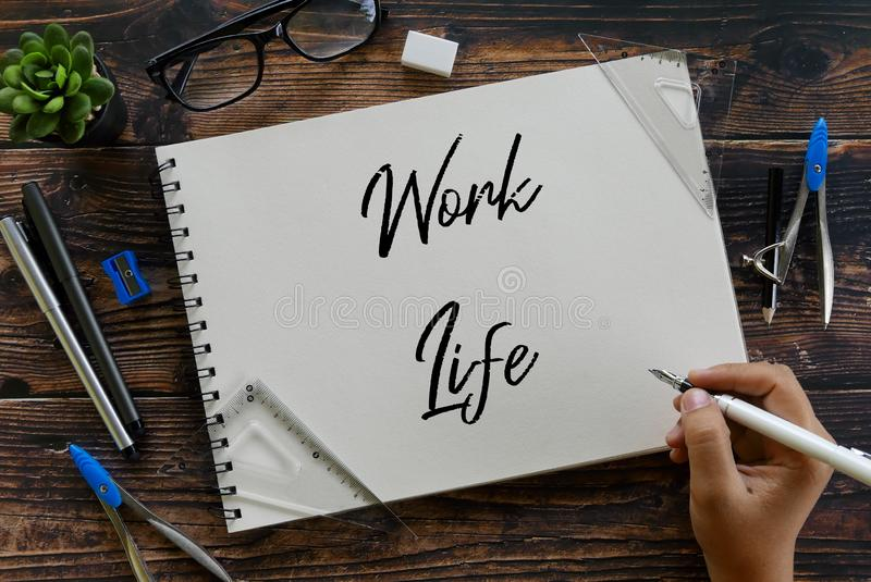 Vista superior de la vida del trabajo de la escritura de la pluma de tenencia de la planta, de las gafas de sol, de los efectos d fotos de archivo libres de regalías