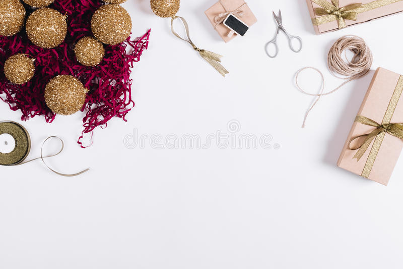 Vista superior de las decoraciones de la Navidad, cajas con los regalos, tijeras fotografía de archivo libre de regalías