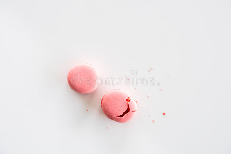 Vista superior de las galletas rosadas deliciosas de los macarons imagen de archivo