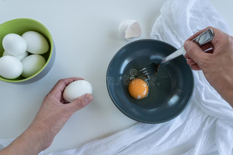 Vista superior de las manos de la mujer que cocinan los huevos Comida de la prote?na fotografía de archivo libre de regalías