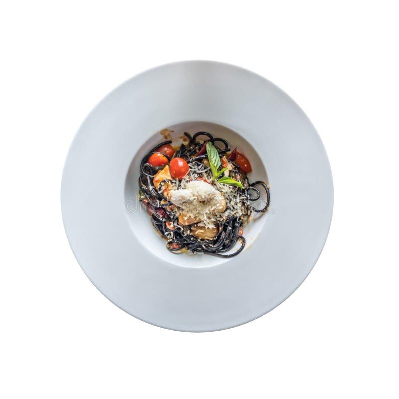 Vista superior de las pastas negras con los mariscos y el queso parmesano Aislado en el fondo blanco imágenes de archivo libres de regalías