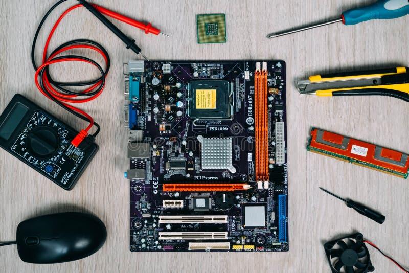 Vista superior de las piezas y de los dispositivos del ordenador fotos de archivo
