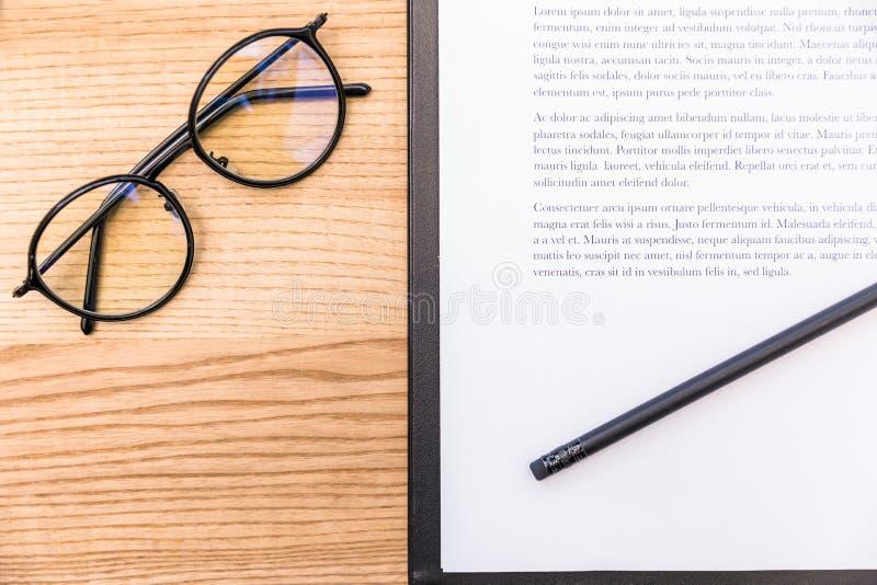 vista superior de lentes, del lápiz y de la libreta con los documentos imagen de archivo