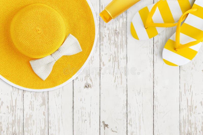 Vista superior de los accesorios amarillos de la playa del verano en las vacaciones del día de fiesta del mar del fondo y el conc imagenes de archivo