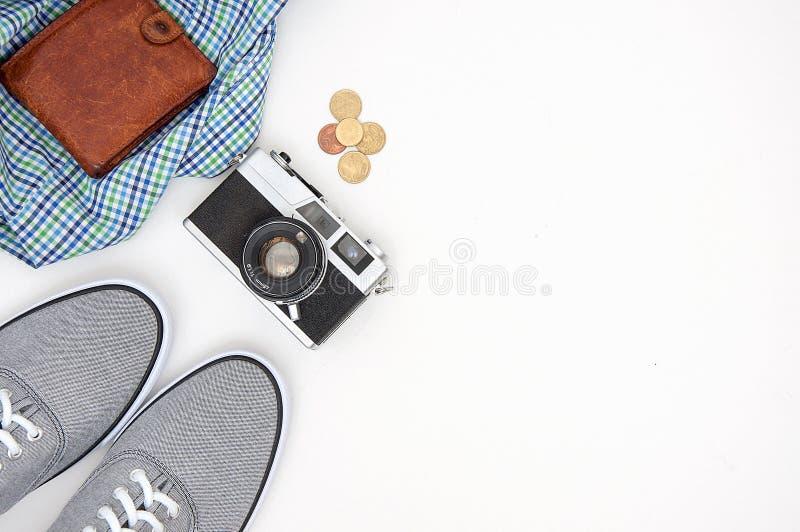 Vista superior de los accesorios del viajero, endecha plana de los art?culos de las vacaciones, concepto del viaje en el fondo bl fotos de archivo