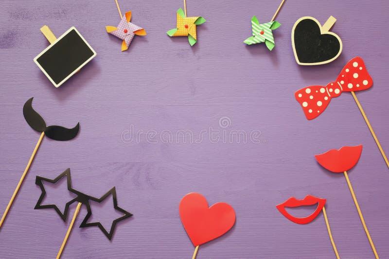 Vista superior de los accesorios divertidos del papel del partido foto de archivo libre de regalías
