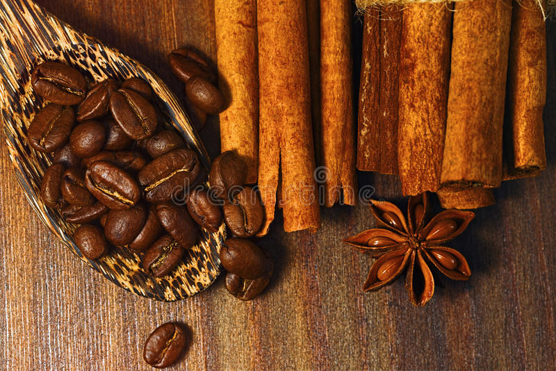 Vista superior de los granos de café, del canela secado y del anís imagenes de archivo