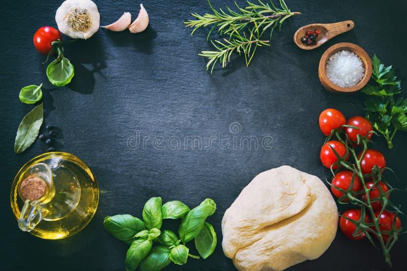 Vista superior de los ingredientes para cocinar la pizza o las pastas imagen de archivo