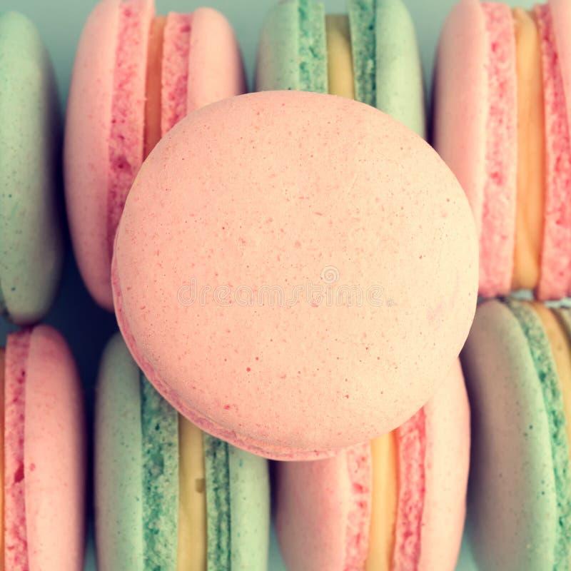 Vista superior de los macarrones rosados dulces fotografía de archivo