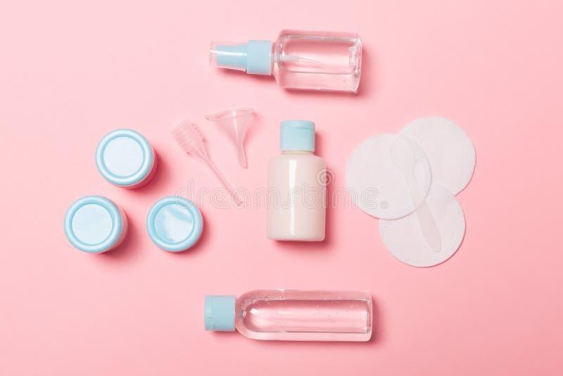 Vista superior de los medios para el cuidado de la cara: botellas y tarros de tónico, agua de limpiamiento micelar, crema, cojine fotografía de archivo