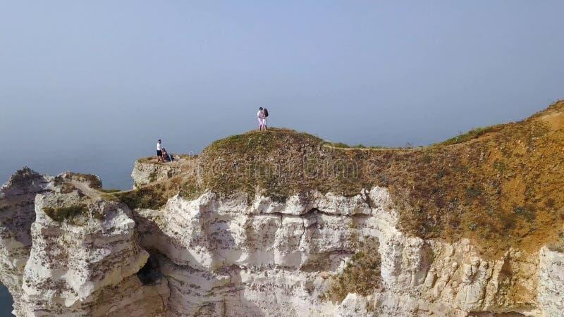Vista superior de los pares que caminan a lo largo de la trayectoria del acantilado acci?n Pares jovenes en paseos del amor a lo  fotos de archivo