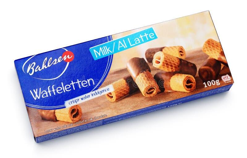 Vista superior de los rollos de la patata a la inglesa del chocolate con leche de Bahlsen Waffeletten aislados en blanco fotografía de archivo