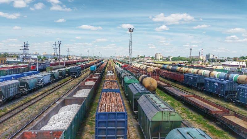 Vista superior de los trenes del cargo Visi?n a?rea desde el abej?n del vuelo de los trenes de carga coloridos en el ferrocarril imágenes de archivo libres de regalías
