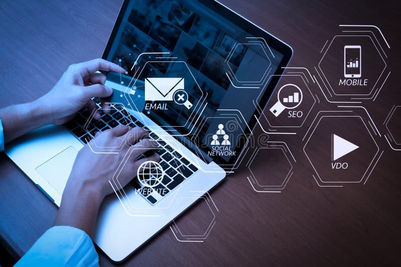 vista superior de manos usando el ordenador portátil y sostener la tarjeta de crédito con soci imagen de archivo