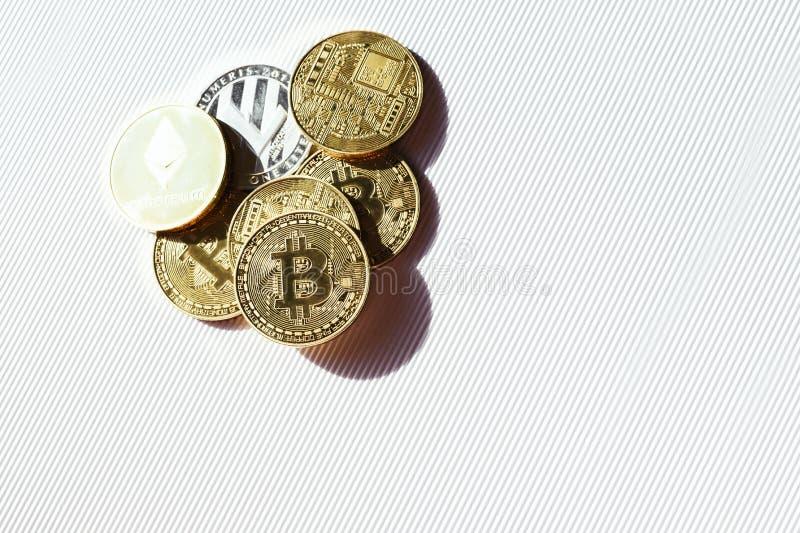 Vista superior de monedas brillantes con símbolos del bitcoin, del lisk y del ethereum Cryptocurrency virtual imagenes de archivo