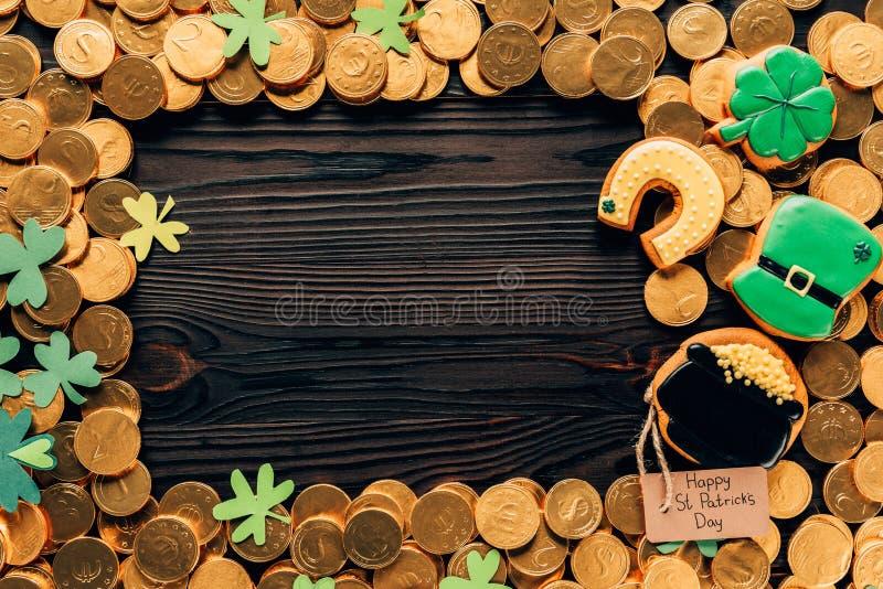 vista superior de monedas y de galletas de oro de la formación de hielo en la tabla, concepto del día de los patricks del st fotografía de archivo