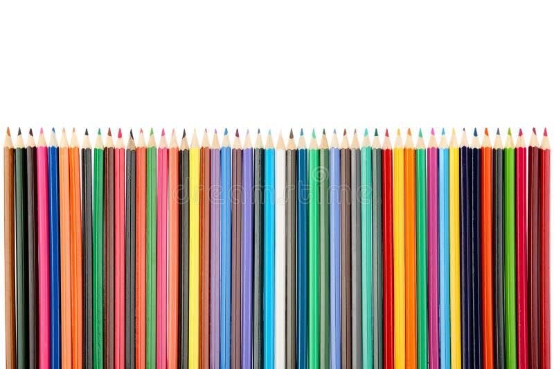 Vista superior de muchos, lápices de madera coloreados multi brillantes en fila aislados en el fondo blanco fotos de archivo