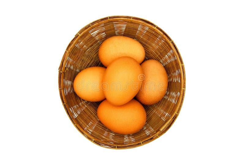 A vista superior de muitos egg a colocação na cesta de weave isolada sobre o fundo branco imagens de stock royalty free