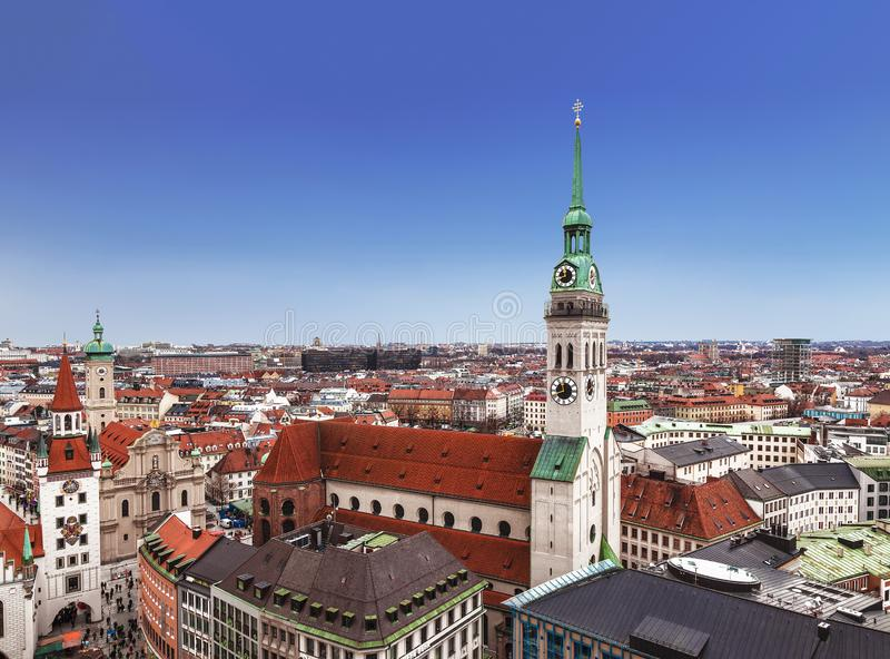 Vista superior de Munich, de igreja de St Peter, da câmara municipal velha e das construções da cidade, Baviera foto de stock
