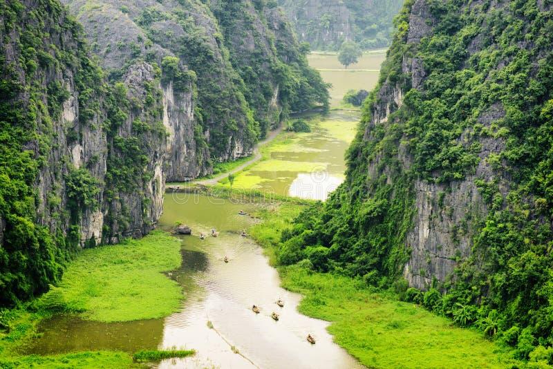 Vista superior de Ngo Dong River e dos barcos Ninh Binh, Vietnam fotos de stock