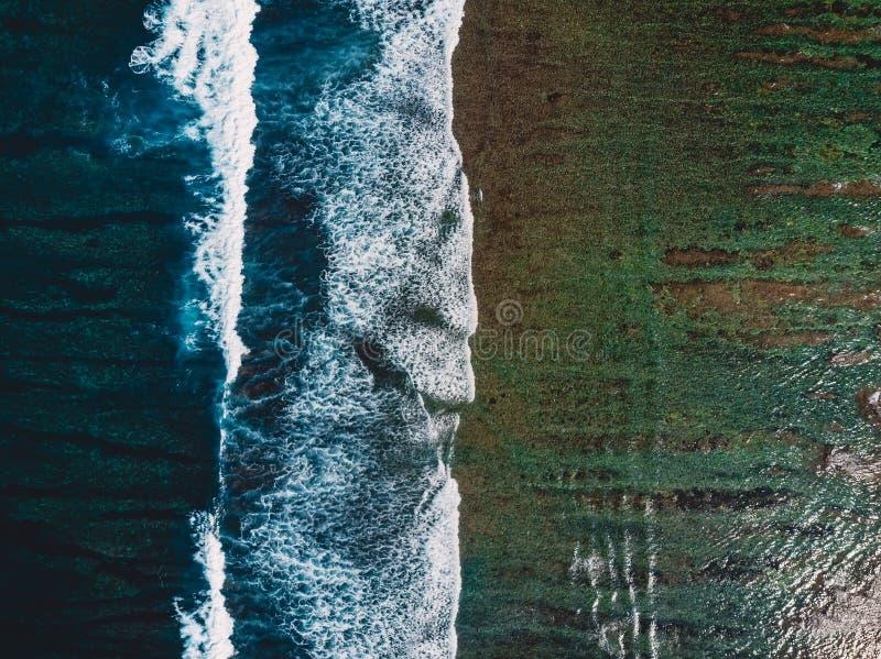 Vista superior de ondas en el océano y el filón tropicales, tiro aéreo del abejón foto de archivo libre de regalías