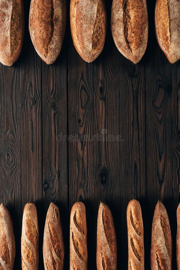 vista superior de panes dispuestos del pan y de los baguettes franceses fotos de archivo