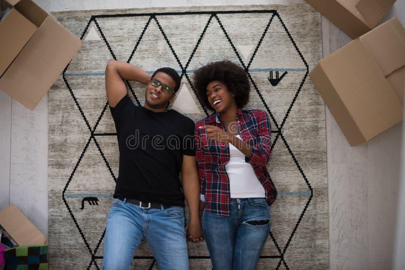 Vista superior de pares afroamericanos jovenes atractivos fotografía de archivo