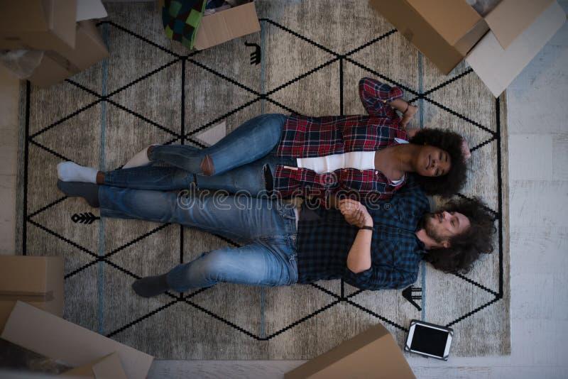 Vista superior de pares multiétnicos jovenes atractivos fotografía de archivo libre de regalías